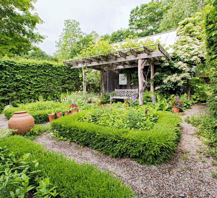 Rustic Farmhouse Backyard Landscaping Ideas
