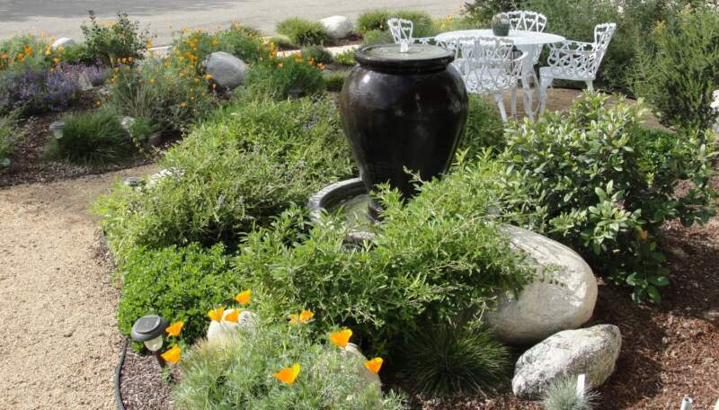 Simple Garden Landscaping Design with Vase Fountain